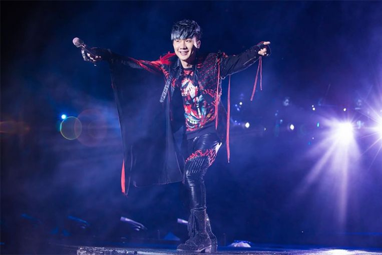 JJ Lin performs first concert to 40,000 people at the National Stadium